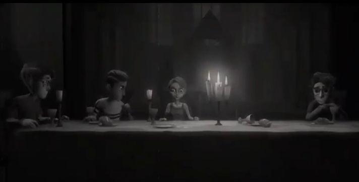 四个孩子围绕在桌子旁边坐着的画面